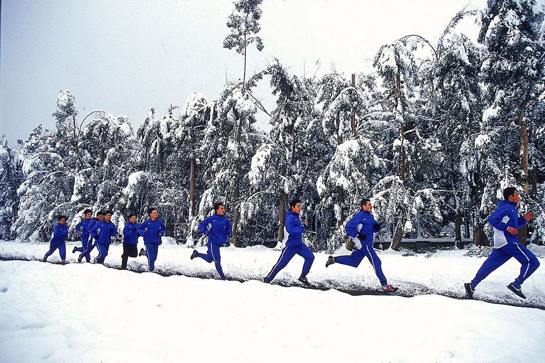 Shengua football team snow shuttle runs, Kunming, China, January 2000